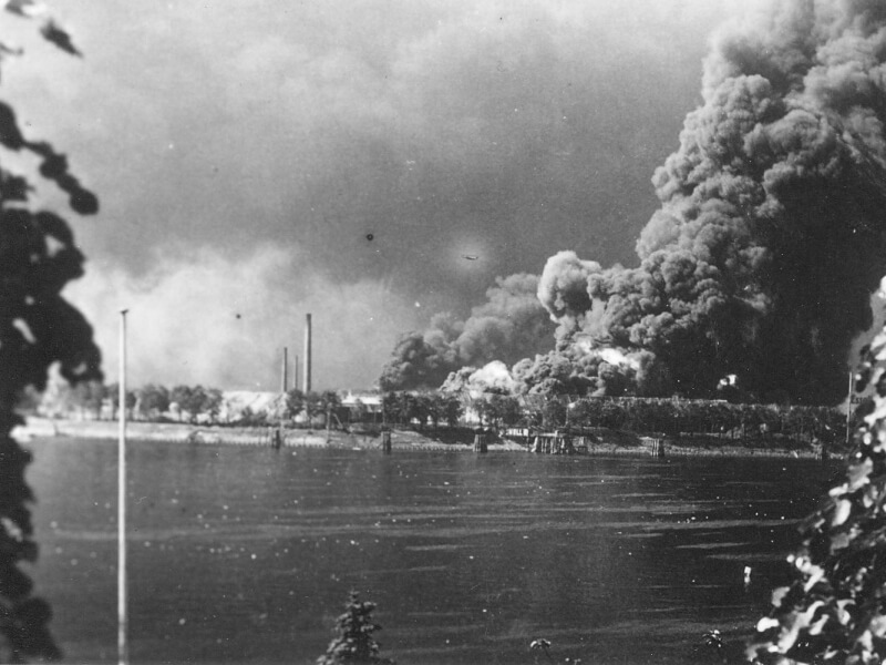 Bombentreffer in Waltershof 1943 von Övelgönne aus gesehen
