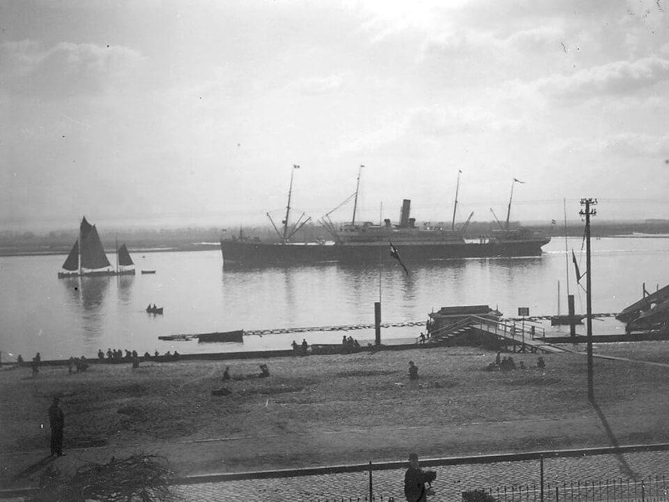 Ein Dampfer vor Neumühlen um 1900
